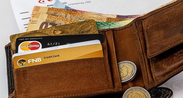 Czy warto założyć kartę walutową?